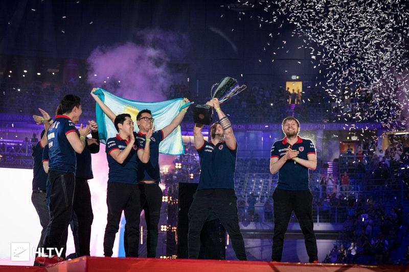 O ápice da história da Gambit: o capitão Zeus levanta a taça de campeão do PGL Major Kraków 2017 | Foto: HLTV.org